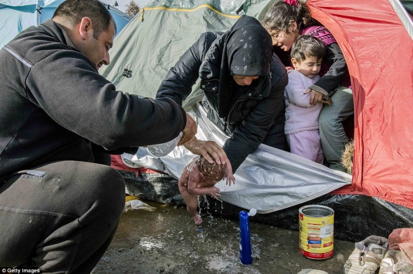 321DB2AB00000578-3488892-A_mother_living_in_a_tent_in_a_refugee_camp_outside_the_Greek_to-a-14_1457792378824